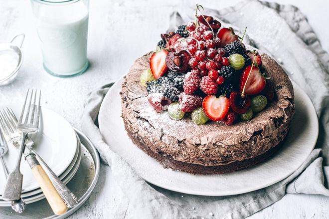 Chocolate-Meringue-Cake-with-Fresh-Berries1